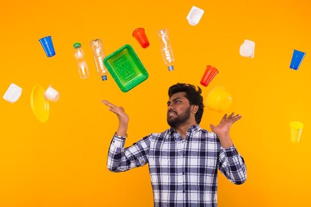 Światowy dzień środowiska, problem recyklingu tworzyw sztucznych i koncepcja katastrofy ekologicznej - zirytowany indianin