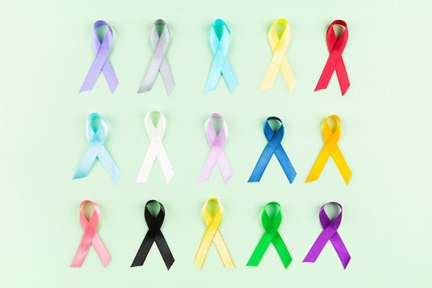 Światowy dzień walki z rakiem. kolorowe wstążki, świadomość raka. widok z góry