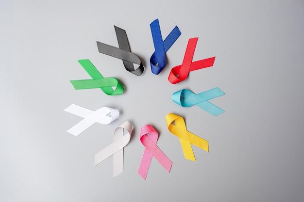 Światowy dzień walki z rakiem. kolorowe wstążki świadomości