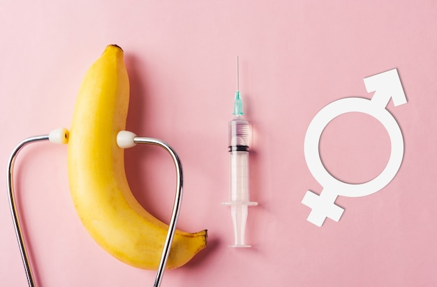 Światowy dzień zdrowia seksualnego lub strzykawka prezerwatywy z okazji aids męskie oznaki płci żeńskiej i stetoskop lekarski