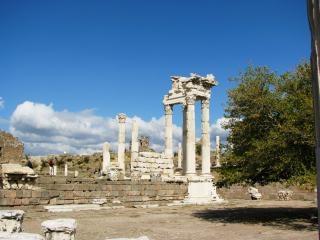 Świątyni trajana w turcji pergamon, miasta