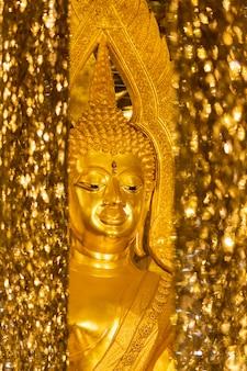 Świątynia chantaram lub świątynia tha sung, piękna statua złotego buddy wewnątrz wihan kaeo lub szklane sanktuarium, znane miejsce w uthai thani, tajlandia.