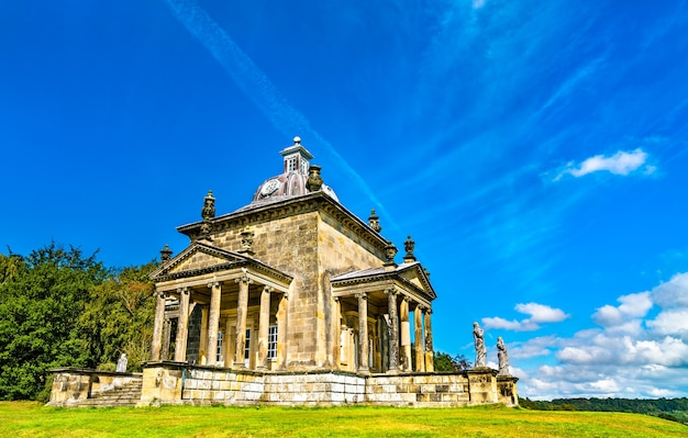 Świątynia czterech wiatrów w zamku howard w north yorkshire – anglia, wielka brytania