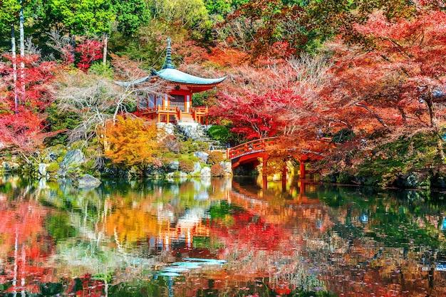 Świątynia daigoji jesienią, kioto. jesienne sezony w japonii.