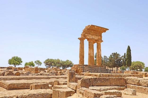 Świątynia dioscuri (castor i pollux). słynne starożytne ruiny w dolinie świątyń, agrigento, sycylia, włochy. światowego dziedzictwa unesco.