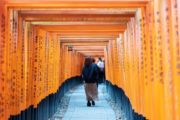 Świątynia fushimi inari-taisha, ponad 5000 żywych pomarańczowych bram torii. jest to jedna z najpopularniejszych świątyń w japonii. punkt orientacyjny i popularny wśród turystów w kioto. kioto