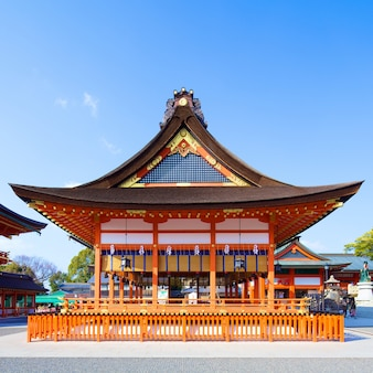 Świątynia fushimi inari w dniu 24 lutego 2014 r. w kioto w japonii.