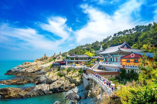 Świątynia haedong yonggungsa i morze haeundae w busan, świątynia buddyjska w busan, korea południowa