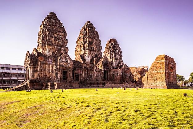 Świątynia małp lopburi w tajlandii. świątynia phra prang sam yot z małpą, starożytna architektura w lopburi, tajlandia.