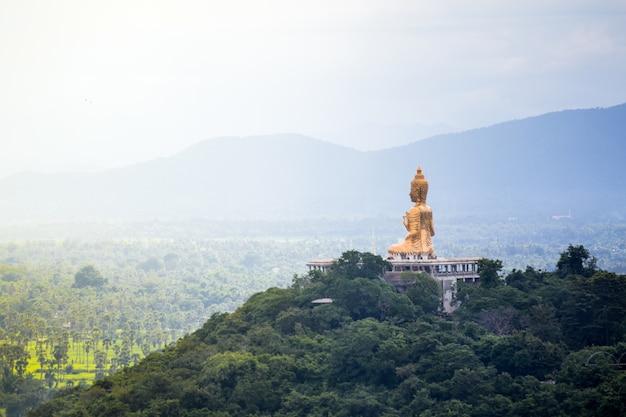 Świątynia na szczycie góry w khao wang palace, petchaburi, tajlandia