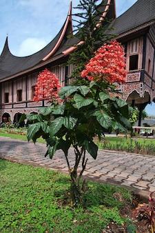 Świątynia na wyspie sumatra, indonezja