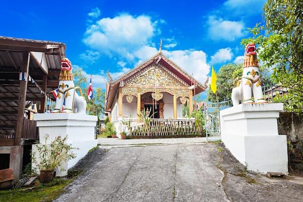 Świątynia na wzgórzu (wat phra that mae yen) w pai, prowincja mae hong son, tajlandia