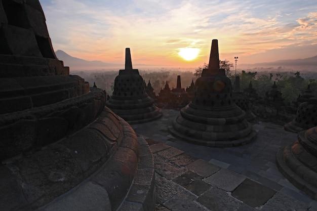Świątynia orobudur, wschód słońca w indonezji