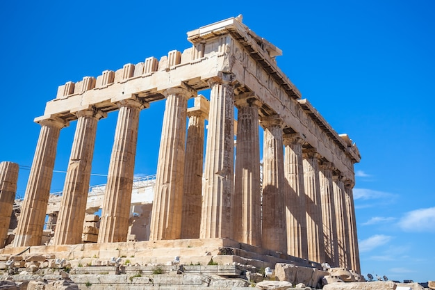 Świątynia partenonu w słoneczny dzień. akropol w atenach, grecja