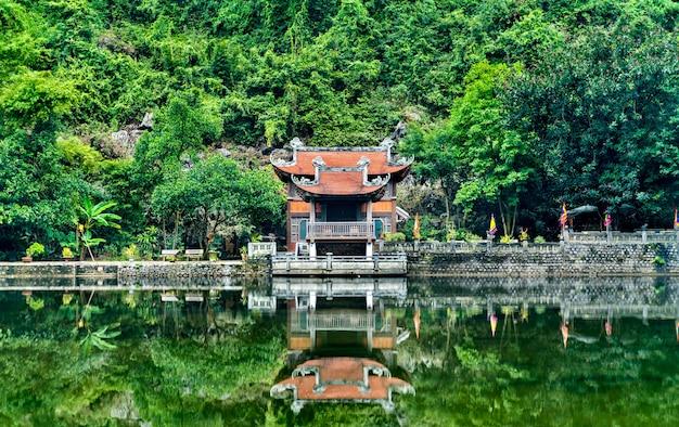Świątynia phu khong w malowniczej okolicy trang. w wietnamie