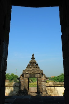 Świątynia plaosan na tle błękitnego nieba świątynia hinduska jawa środkowa indonezja