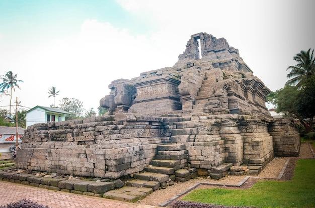 Świątynia relikwii królestwa singasari w wiosce tumpang, malang, indonezja