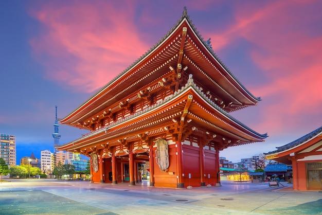 Świątynia sensoji w dzielnicy asakusa, tokio, japonia nocą