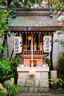 Świątynia shiogama w pobliżu świątyni hinode inari shinto w okolicy świątyni nishiki tenmangu w kioto w japonii
