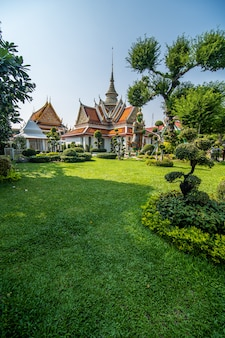 Świątynia świtu wat arun i piękne błękitne niebo w bangkoku w tajlandii