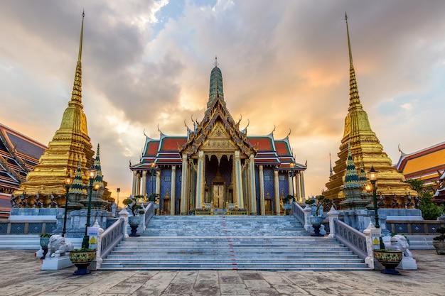 Świątynia szmaragdowego buddy lub świątyni wat phra kaew, bangkok, tajlandia