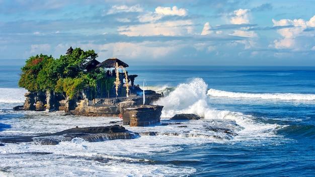 Świątynia tanah lot na wyspie bali w indonezji
