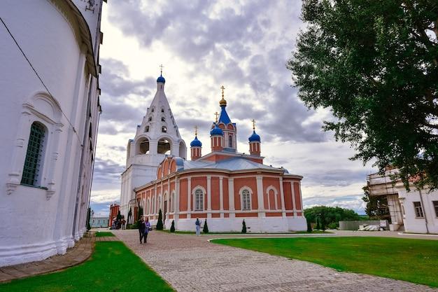 Świątynia tichwińskiej ikony matki bożej w kołomnie na placu katedralnym kremla w kołomnie