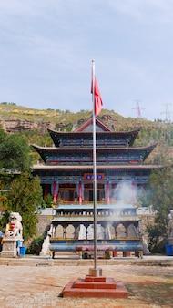 Świątynia tulou na górze beishan, świątynia yongxing w xining qinghai w chinach.