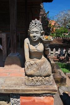 Świątynia ubud na wyspie bali, indonezja