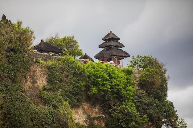 Świątynia uluwatu pura luhur uluwatu to balijska hinduska świątynia morska znajdująca się w uluwatu. słynie ze wspaniałej lokalizacji, wznoszącej się na szczycie klifu.