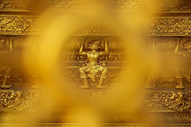 Świątynia w złotym kolorze piękna ściana artystyczna i architektura w wat paknam jolo, bangkhla, prowincja chachoengsao, tajlandia