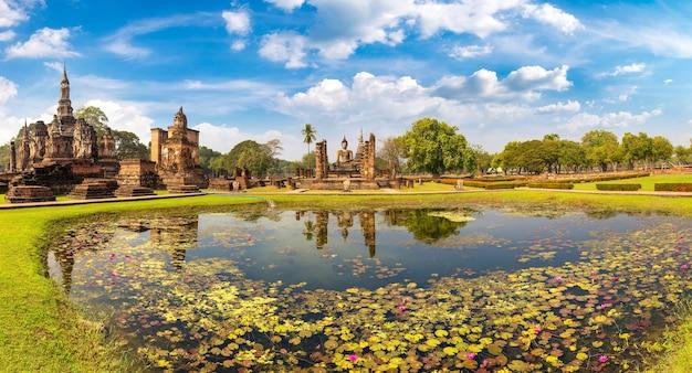 Świątynia wat mahathat w parku historycznym sukhothai