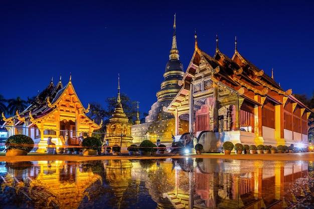 Świątynia wat phra singh w nocy w chiang mai, tajlandia.