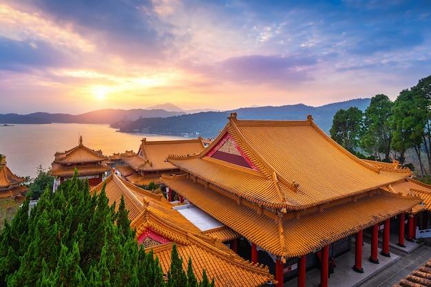 Świątynia wenwu i jezioro sun moon o zachodzie słońca, tajwan.
