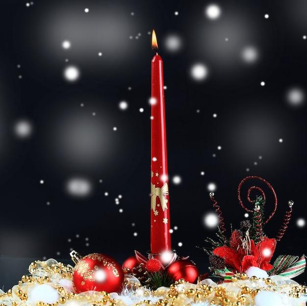 Świeca bożonarodzeniowa na świątecznym tle. zdjęcie z miejscem na tekst