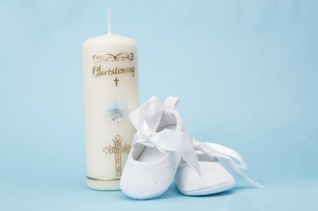 Świeca do chrztu dla chłopca z białymi bucikami dla niemowląt