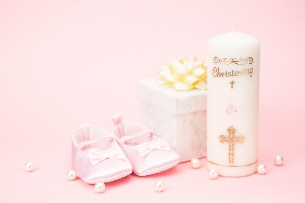 Świeca do chrztu z różowymi botkami dla niemowląt i pudełkiem na prezent