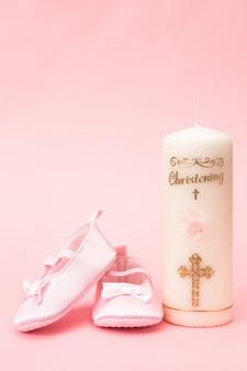 Świeca do chrztu z różowymi bucikami dla niemowląt