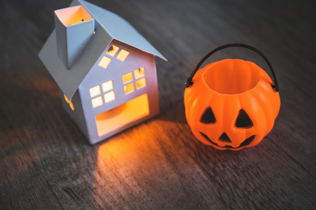 Świeca i jack-o-lantern koszyk na stole