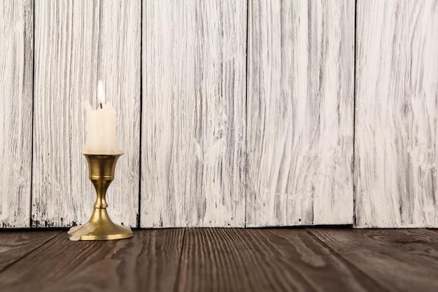Świeca na tle starego drewna