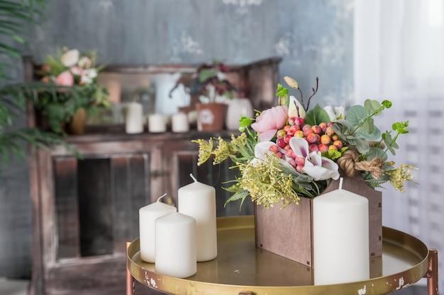 Świeca organiczna na stole.