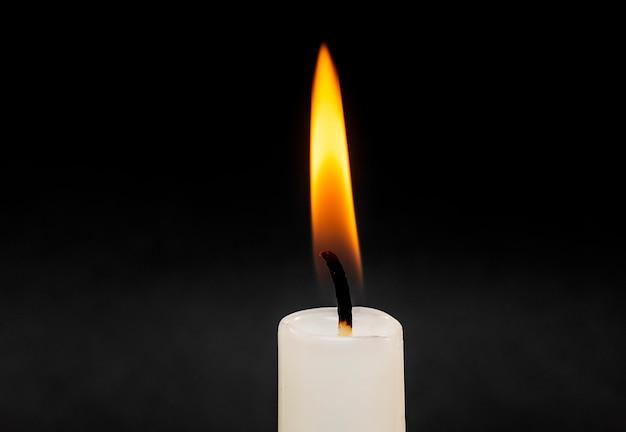 Świeca płomień ognia odizolowane na czarno z miękkim dymem