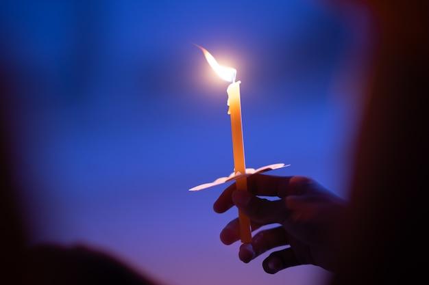 Świeca płomień ognia w ręku do medytacji