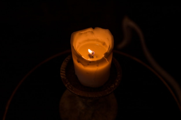 Świeca płonąca w ciemności. płomień ognia na świecy. mam nadzieję i myślę o kimś w pamięci. płonąca świeca. płomień świecy. mam nadzieję i myślę o kimś w pamięci. zapalona i płonąca świeca.