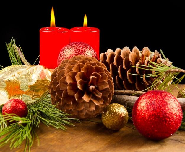 Świeca świąteczna z szyszką