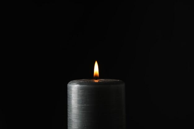 Świeca świecąca na czarno