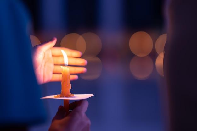 Świeca w dłoniach do medytacji ducha