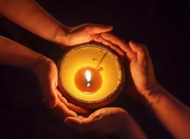 Świeca w rękach razem
