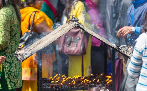 Świeca w świątyni buddyjskiej, nepal