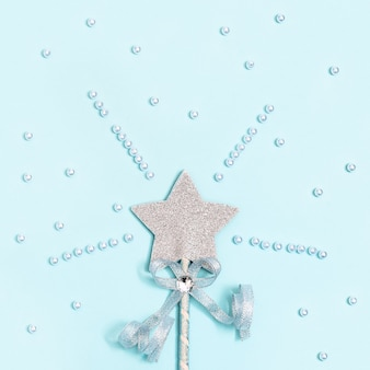Świecąca, błyszcząca gwiazda na niebiesko z białymi koralikami. magiczna gwiazda, spełnienie życzeń, marzeń.